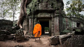 Angkor Wat monk in ancient Buddhist temple — Stock Photo