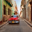HAVANA, CUBA-MAY 14: Street scene with an old rusty american car — Zdjęcie stockowe