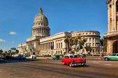 HAVANA, CUBA-MAY 14:Vintage cars near the Capitol on May 14,2013 — Stock Photo