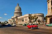 HAVANA, CUBA-MAY 14:Vintage cars near the Capitol on May 14,2013 — Stock Photo