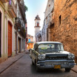 HAVANA, CUBA-MAY 14: Street scene with an old rusty american car — Стоковое фото