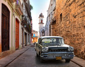 HAVANA, CUBA-MAY 14: Street scene with an old rusty american car — Stock Photo