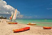 皮划艇和双体船在海滩 — 图库照片