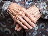 Mycket gammal kvinna händer — Stockfoto