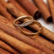 Two golden wedding rings on canella — Stock Photo