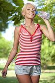 Ung kvinna dricksvatten — Stockfoto