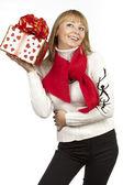Kvinna med att ge en gåva — Stockfoto