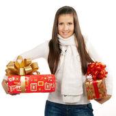 Ung brunett flicka håller två presenter — Stockfoto