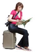 Joven turista sitiing en la maleta — Foto de Stock