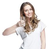 Ung kvinna med glas vatten — Stockfoto