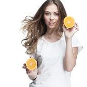 Giovane bella donna bruna holding arancione — Foto Stock