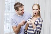Giovane uomo caucasico dando la chiave alla moglie — Foto Stock