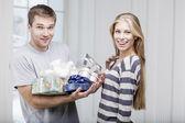 Uomo regali una bella giovane donna — Foto Stock