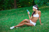 Jovem desportista morena linda ao ar livre — Fotografia Stock