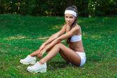 Jonge mooie brunette Sportvrouw buiten — Stockfoto