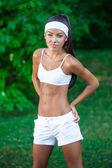 Joven hermosa morena deportista al aire libre — Foto de Stock