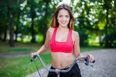 молодая красивая девушка с велосипедом — Стоковое фото