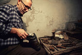 Cobbler at work — Foto Stock