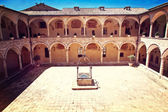 Assisi cathedarl courtyard — Stock Photo