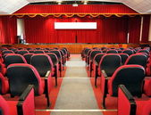 Kırmızı perdeleri ile modern konferans salonu — Stok fotoğraf