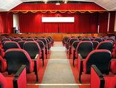 赤いカーテンと現代講堂 — ストック写真