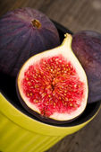 Plate with fresh figs — Stock Photo