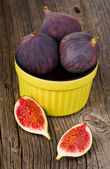 Fresh figs in bowl — Stock Photo