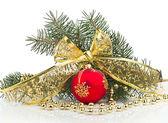 Ljusa jul sammansättning med boll med rosett — Stockfoto
