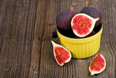 Fresh figs on the wooden table — Stock Photo