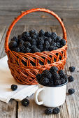 Fresh blackberries on wooden rustic table — Stockfoto