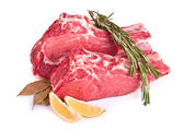 Carne crua, limão e especiarias isoladas — Fotografia Stock