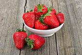 Fresas en primer plano de un tazón de fuente — Foto de Stock