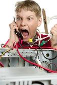 修复您的计算机。一个年轻男子打电话给技术支持. — 图库照片