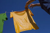 Hands hanging clothes. — Stockfoto