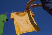 Ruce visí oblečení. — Stock fotografie