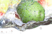 Apple in acqua. — Foto Stock