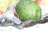 Jablko ve vodě. — Stock fotografie