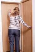 Kobieta i drzwi. — Zdjęcie stockowe