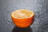 Oranje en water. — Stockfoto