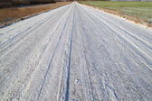 Poca neve sulla strada rurale. — Foto Stock