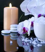 Sól morska z świeca i orchidea — Zdjęcie stockowe