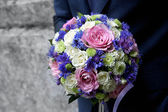 Groom holding a bouquet — Stockfoto