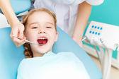 Mała dziewczynka wizyty dentysta — Zdjęcie stockowe