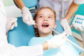 Un dentista visita chica — Foto de Stock