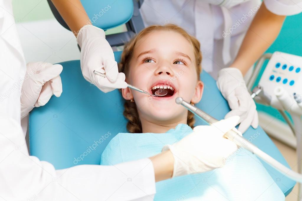 Little girl sitting in the dentists office — Stock Photo #12559963