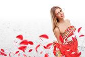 赤いドレスの美しい若い女性 — ストック写真