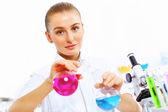Jovem cientista mulher trabalhando no laboratório — Foto Stock
