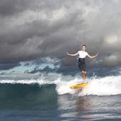 Młody przedsiębiorca surfing na fale — Zdjęcie stockowe
