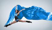 年轻女子的舞者。与灯光效果. — 图库照片