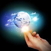 Hand aanraken van de aarde — Stockfoto